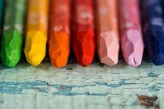多彩多姿的铅笔在华伦泰在一张木桌上的` s天喜欢一条彩虹 在纸的两红色心脏 复制空间,顶视图 图库摄影