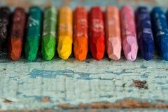 多彩多姿的铅笔在华伦泰在一张木桌上的` s天喜欢一条彩虹 在纸的两红色心脏 复制空间,顶视图 免版税库存照片