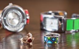 多彩多姿的银色圆环和一只金戒指与一个红宝石在backg 免版税库存图片