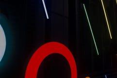 多彩多姿的霓虹圈子和线反对黑暗的背景1 图库摄影