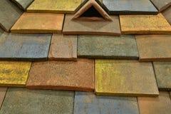多彩多姿的水泥瓦片屋顶  免版税库存照片