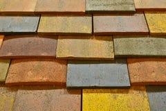 多彩多姿的水泥瓦片屋顶  免版税库存图片