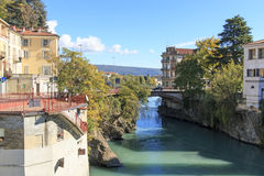 多拉Baltea在山麓,意大利的河和伊夫雷亚都市风景 库存图片