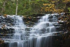 多摩市柔滑的水在新罕布什尔` s白色山落 免版税库存图片