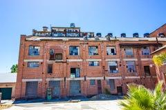 多故事使用的砖磨房大厦 免版税图库摄影
