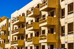 多故事公寓的全新的建筑 免版税库存图片