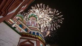 多数圣洁Theotokos调解大教堂在蓬蒿护城河寺庙的保佑和烟花,红场,莫斯科 股票录像