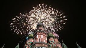 多数圣洁Theotokos调解大教堂在蓬蒿护城河寺庙的保佑和烟花,红场,莫斯科 股票视频