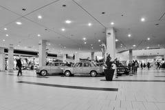 多数,捷克共和国- 2017年3月18日:在百货商店的老汽车 库存图片