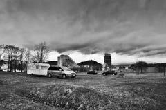 多数,捷克共和国- 2017年3月18日:有拖车的汽车在停车场在春天雨天 免版税库存图片