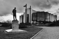 多数,捷克共和国- 2017年3月18日:雕象在剧院大厦前面的Tomas常绿矮灌木丛Masaryk剪影  免版税图库摄影