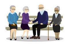 多文化老人坐长凳 免版税库存照片