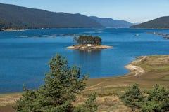 多斯帕特水库,保加利亚惊人的秋天风景  免版税图库摄影