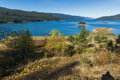 多斯帕特水库,保加利亚惊人的秋天风景  免版税库存照片