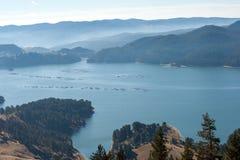 多斯帕特水库, Rhodopes山惊人的秋天视图  免版税图库摄影