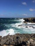 巴巴多斯沿岸航行与碰撞的波浪、蓝天和深蓝色海 库存图片