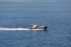 从巴巴多斯的蓝色和白色小船 免版税库存图片