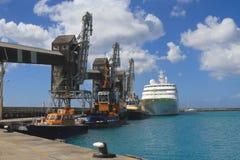 巴巴多斯,布里季敦:端起与游轮/领航船/货物起重机 免版税库存照片