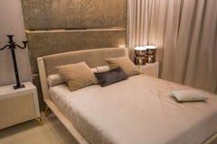 多明戈旅馆客房santo 双人床和家具在床屋子里 葡萄酒室内装璜设计  图库摄影