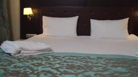 多明戈旅馆客房santo 场面 有一个双人床的美好的旅馆客房 股票视频