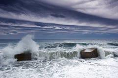 多暴风雨的天气和一个混凝土结构海岸线障碍与以远海 图库摄影