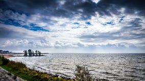 多暴风雨的天气和黑暗的云彩在het艾瑟尔湖在荷兰 图库摄影