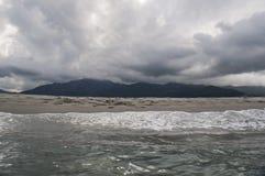 多暴风雨的天气,海滩,海,地平线,山,可西嘉岛,欧特Corse,法国,欧洲,海岛 免版税库存照片
