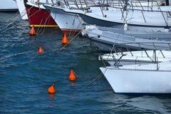 多条小船栓了到浮体在海湾 图库摄影