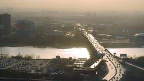 多条车道高速公路和交通鸟瞰图  镇静湖和桥梁,现代都市风景鸟瞰图  免版税库存图片