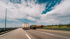 多条车道高速公路在晴天 免版税库存图片