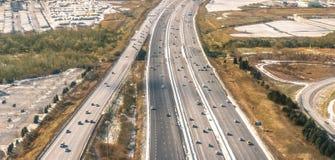 多条车道高速公路-高速公路鸟瞰图 免版税库存照片
