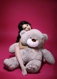 多梦。有软的玩具的-在容忍的灰色熊感伤的女孩 库存图片