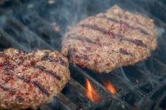 多汁和开胃牛肉汉堡包在格栅栅格烤 库存图片