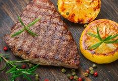 多汁部分切片烤里脊肉牛排 免版税库存照片
