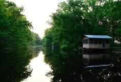 多沼泽的支流野营 免版税图库摄影