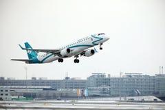 多洛米蒂航空公司巴西航空工业公司ERJ-195 I-ADJP离开 库存图片