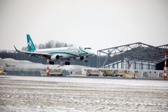 多洛米蒂航空公司巴西航空工业公司ERJ-195 I-ADJU离开 图库摄影