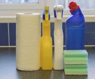 多清洁产品和厨房卷 库存照片