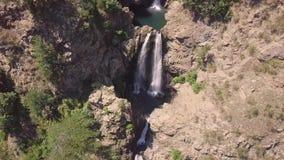多瀑布惊人电影4k天线在岩石和植被中的 股票录像