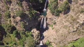 多瀑布惊人电影4k天线在岩石和植被中的 股票视频
