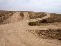 多灰尘的土路导致小山的上面 免版税库存图片