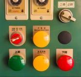 多灰尘的工业红色绿色黄色按钮控制器 免版税库存照片