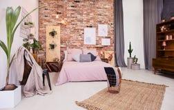 多灰尘的桃红色卧室 免版税库存照片