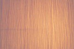 多灰尘的橘黄色由后面照的脏的被折叠的起皱纹的纸纹理 库存图片