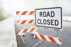多灰尘的路关闭了在城市道路的标志 免版税库存照片
