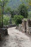 多灰尘的路在空的老村庄 免版税库存照片