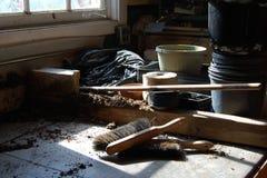 多灰尘的黑暗的老装壶棚子 免版税库存图片