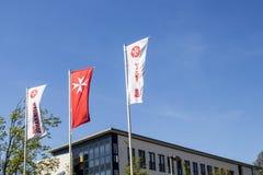 多特蒙德,德国鲁尔区,北部莱茵河西华里亚,德国- 2018年4月16日:德国人圣约翰救护车旗子叫`死Johanniter ` 免版税图库摄影