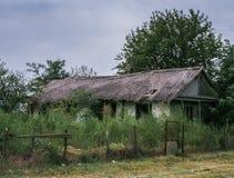 多瑙河三角洲的传统被放弃的房子, Letea,罗马尼亚 免版税库存照片