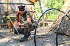 多瑙河三角洲,罗马尼亚, 2018年5月:工作在a的网的渔夫 库存照片